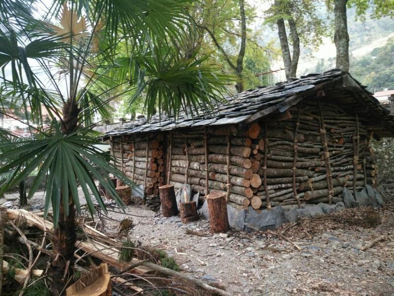 仁愛鄉都達國小與部落居民合力建造的賽德克族傳統石板屋。(都達國小提供)