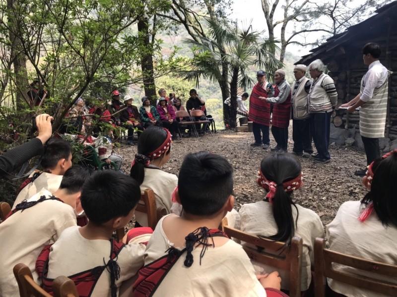 都達國小傳統石板屋慶落成,部落耆老率領學童向祖靈祈福。(都達國小提供)