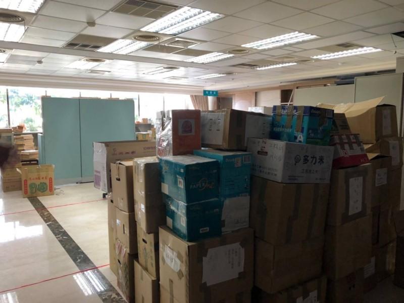 鳳山行政中心後棟三樓原市長室空間堆滿雜物。(圖擷取自「煥然一新 簡煥宗」臉書)