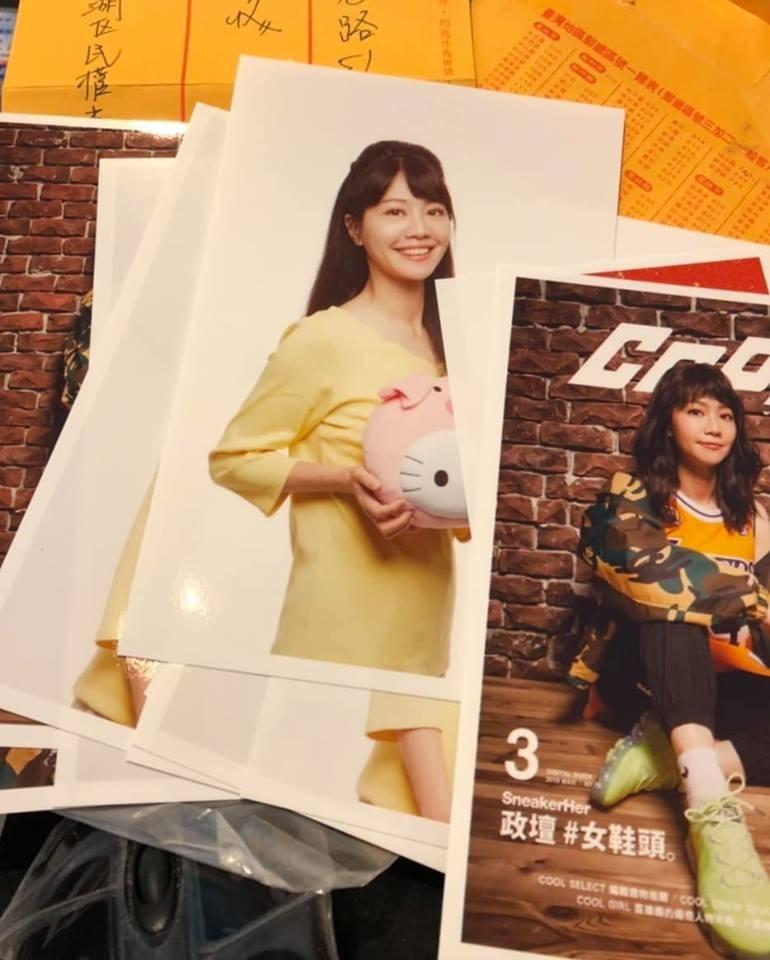 近日有粉絲自行準備了12張照片給高嘉瑜簽名,讓沒有送簽名照的高嘉瑜不知如何是好。(圖擷取自高嘉瑜臉書粉專)