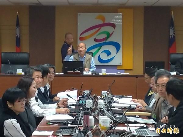 高雄市長韓國瑜傳出昨天在市政會議上首度發飆,並對著某位官員大聲開罵「什麼態度」,讓現場氣氛降至谷底。圖為韓國瑜1月初主持任內第一場的市政會議。(資料照)