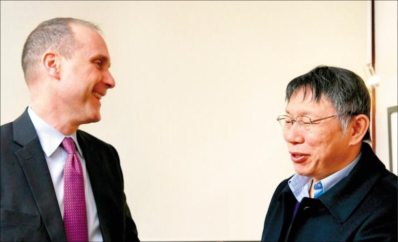 美國務院東亞局20日發布代理亞太副助卿史墨客(左)與台北市長柯文哲的合照。(取自國務院東亞局推特)