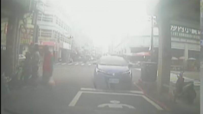 女駕駛逆停紅綠燈正下方,在旁買早餐,網民怒轟:「腦殘三寶!」(林女提供)