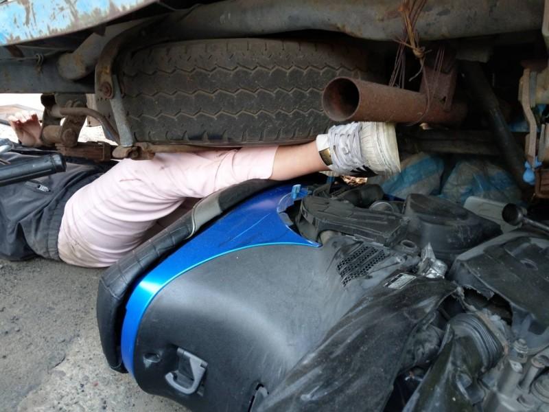 騎車下班發生碰撞 女騎士連人帶車卡貨車底