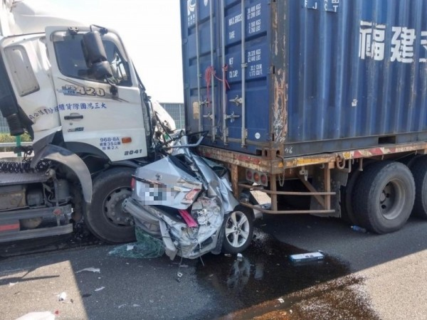 國1九如段大車禍!小客車遭2聯結車夾成廢鐵 駕駛身亡