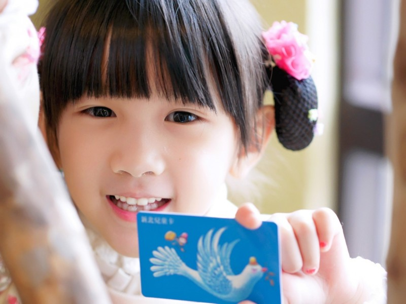 全國12歲以下兒童在4月4日至7日四天連假期間,憑證件可免費搭乘淡海輕軌。(新北捷運公司提供)