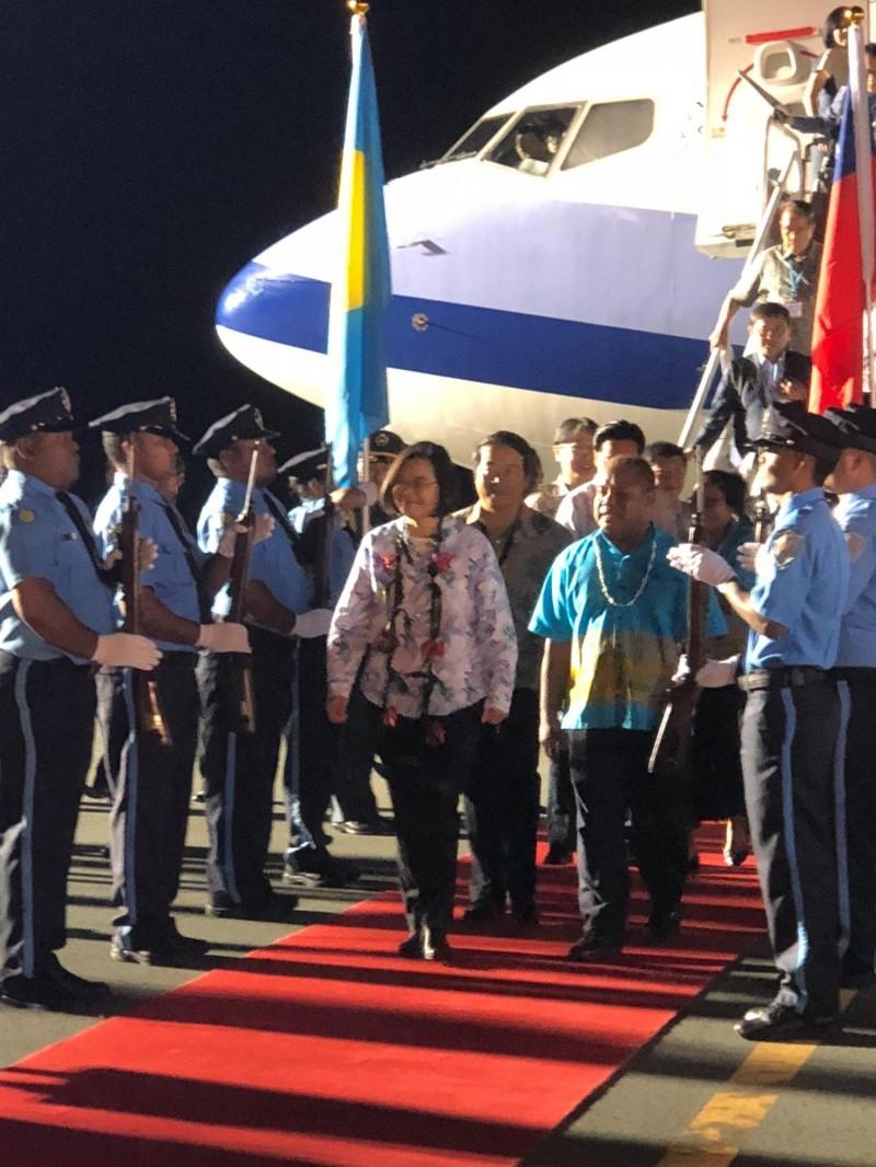 蔡英文總統今率團前往帛琉進行國是訪問,於當地時間7點半抵達,由帛琉副總統歐宜樓於機場接機。(特派記者蘇永耀攝)