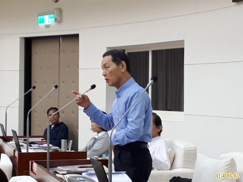 新竹市市議員鄭成光提醒,依據預算法,議員只有刪減預算的權利,沒有增加或編列預算權利,否則會遭審計室糾正。(記者洪美秀攝)