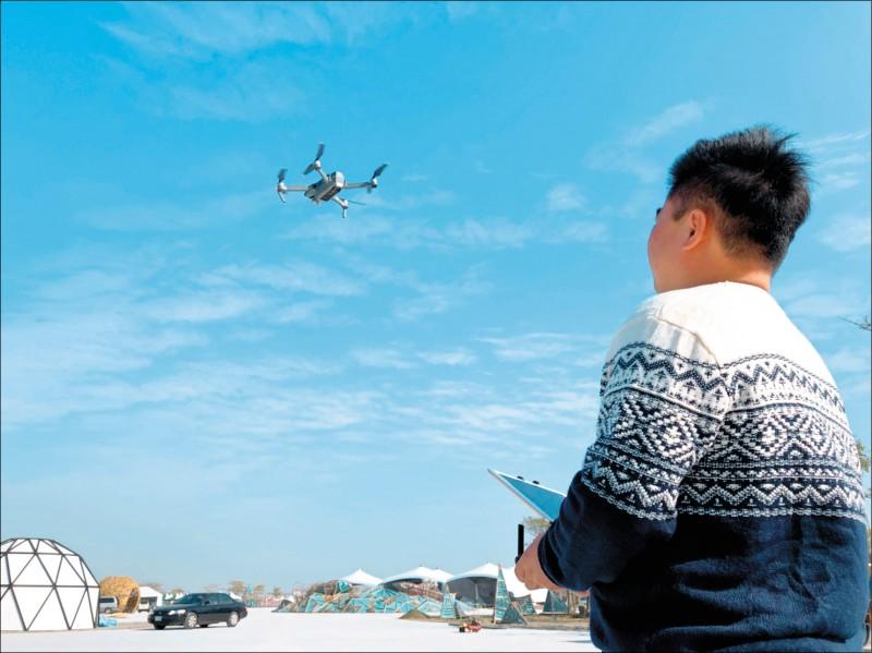 無人機造成機場安全威脅,近5年無人機違規闖入已開罰55件,民航局規劃先引進「干擾槍」管制。(資料照)