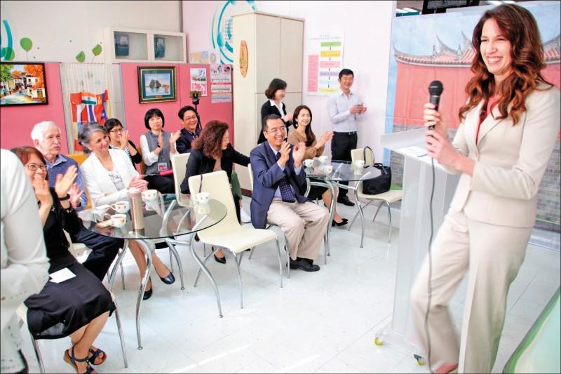 美國籍的台北馬禮遜美國學校校長蘇珊娜獲永久居留證。(記者王冠仁翻攝)