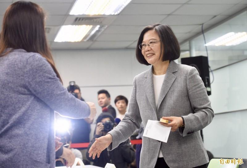 總統蔡英文21日至民進黨登記總統提名初選,蔡總統致辭時強調台灣不只要一個明星球員,更要一個好隊長。(記者羅沛德攝)