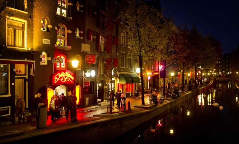 荷蘭阿姆斯特丹政府週三(20日)宣布新的觀光措施,2020年起全面禁止導賞團及旅行團參觀紅燈區。(法新社)