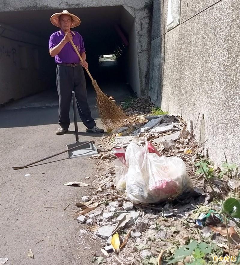 南投市「12生肖星空夜廊」遭人亂丟垃圾,嘉和里第3鄰長陳芳魁協助打掃情形。(記者謝介裕攝)