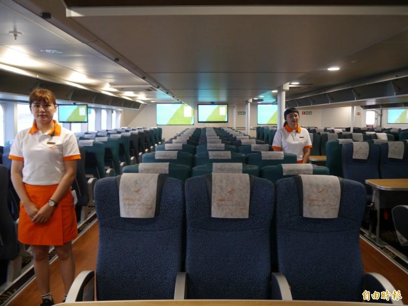 雲豹輪船艙座位寬敞舒適。(記者張軒哲攝)