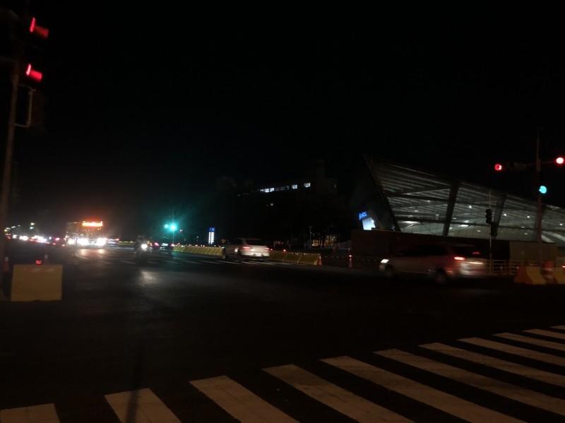 青海路穿越綠廊兩端夜間照面差。(記者王榮祥翻攝)
