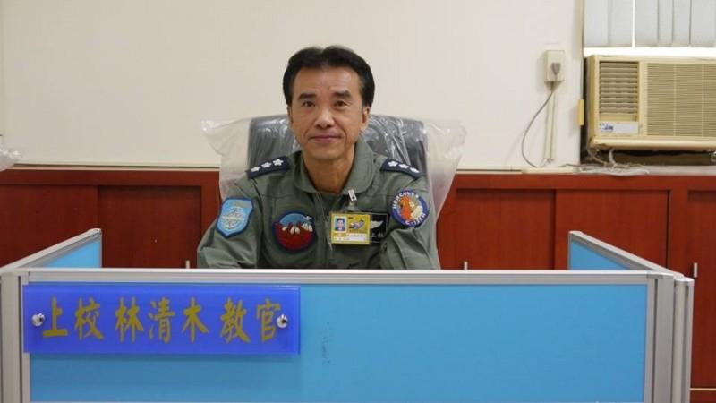 C130飛行員林清木上校,在退伍三年後加入空軍後備戰士,擔任C130運輸機飛行教官。(取自空軍司令部臉書專頁)。
