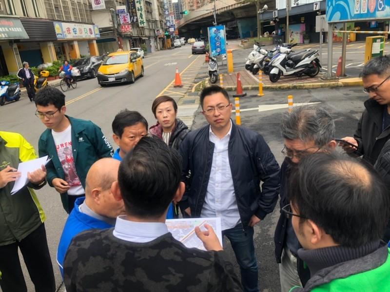 新北議員王威元會勘菜寮站附近污水下水道問題。(圖擷自王威元臉書)