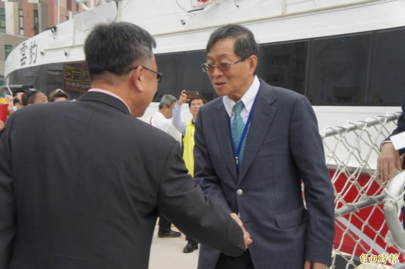 百麗董事長藍俊昇率團首航,縣長賴峰偉握手致意。(記者劉禹慶攝)