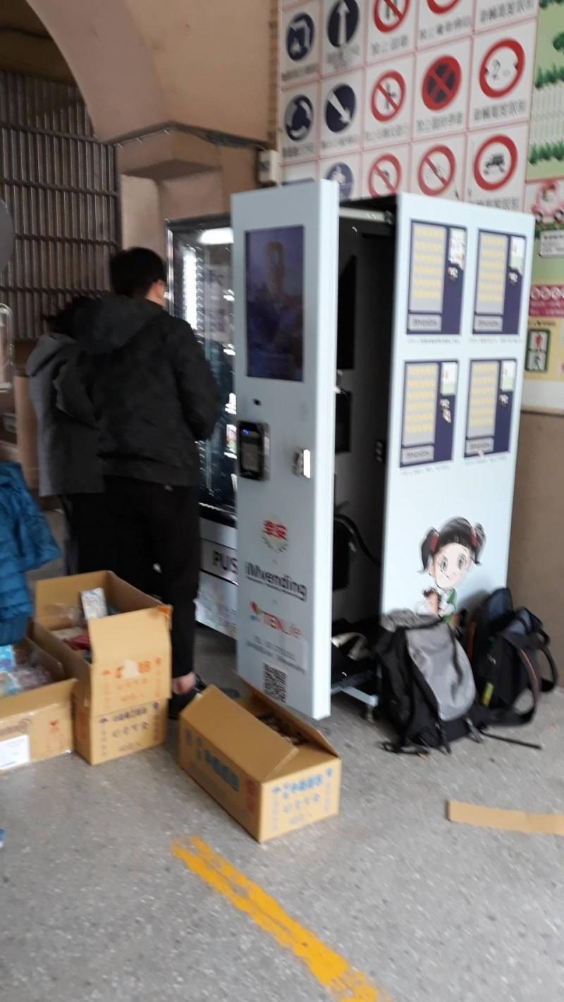 市府推行在校園內設置販賣機。(汪志冰提供)