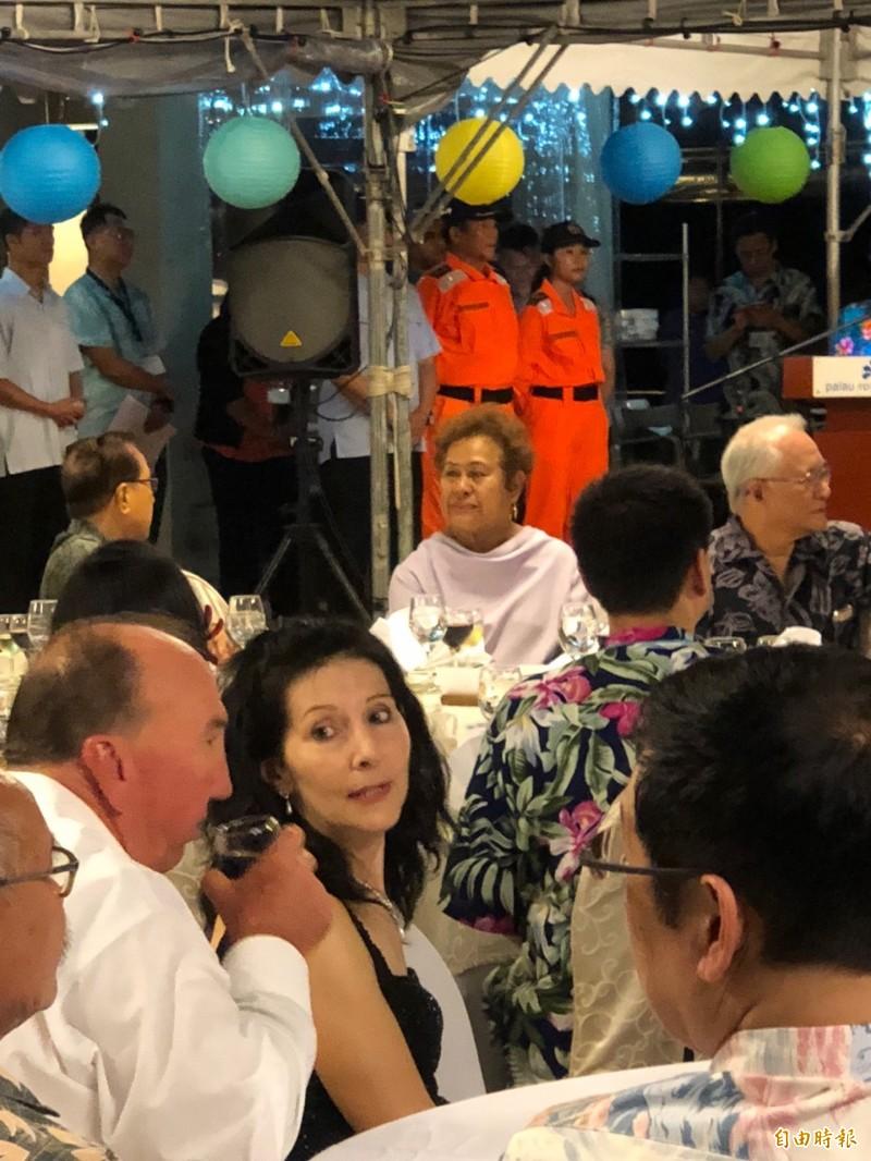 美國駐帛琉大使Amy Hyatt(中)出席國宴,其左為其夫婿。(特派記者蘇永耀攝)