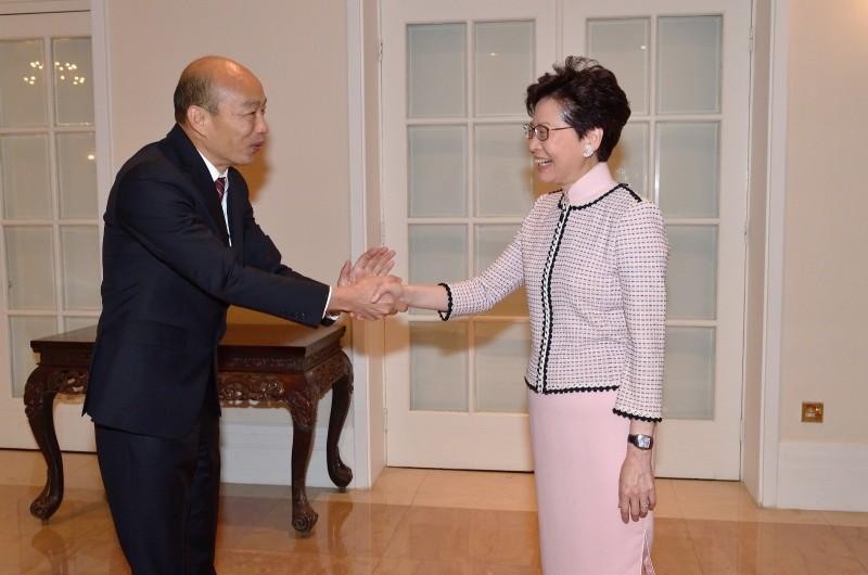 韓國瑜今天與香港特首林鄭月娥見面,雙方握手寒暄。(高市府提供)