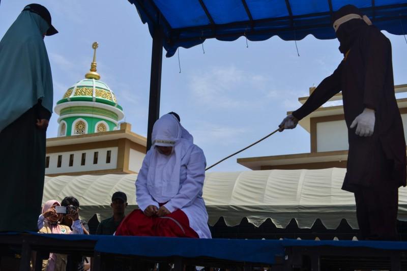 印尼5對情侶週三(20)被公開處以鞭刑,分別鞭打4至22下,罪名為婚前擁抱、牽手或性行為。(法新社)