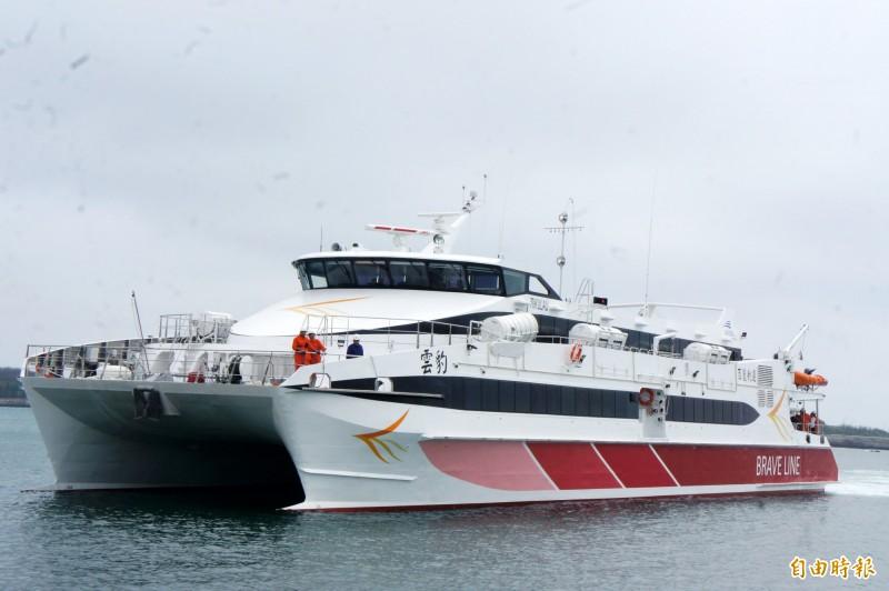 雲豹輪首航台中至馬公,受海象惡劣影響,延誤近3小時才抵澎。(記者劉禹慶攝)