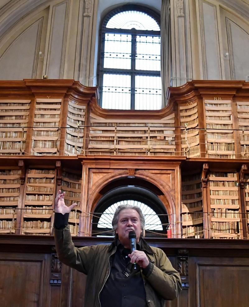 班農在羅馬的安琪莉佳圖書館發表演說,抨擊中國國家主席習近平是「世界上最殘酷體制下的極權主義獨裁者」。(歐新社)