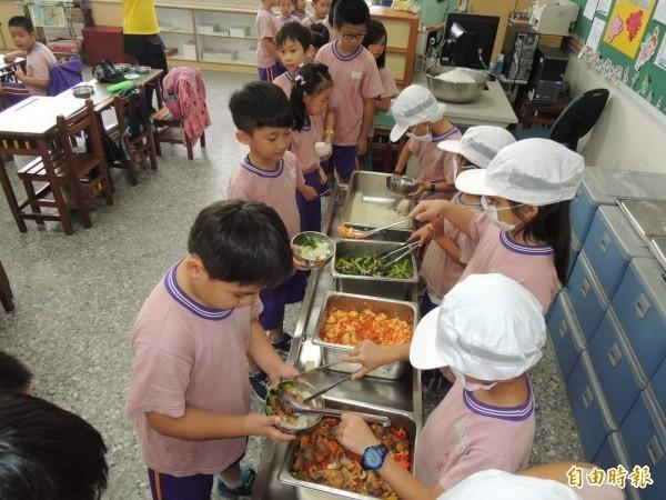 教育部研擬學校午餐專法草案,納入多國學校午餐經驗外,也參考各地方政府的區域特性,彈性考量,專法將朝充分照顧不同區域的在地飲食、在地文化與風俗習慣的融入。(資料照)