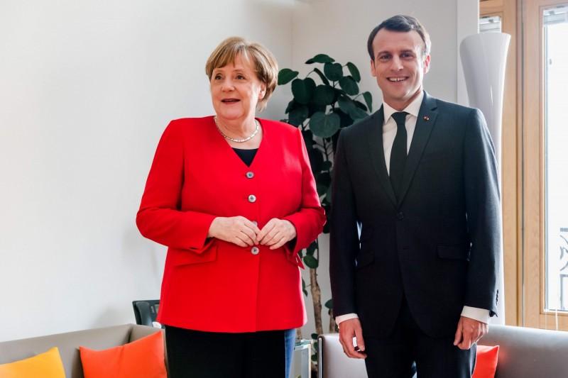 馬克宏(右)將與梅克爾(左)聯手率領歐盟與中國交涉。(法新社)