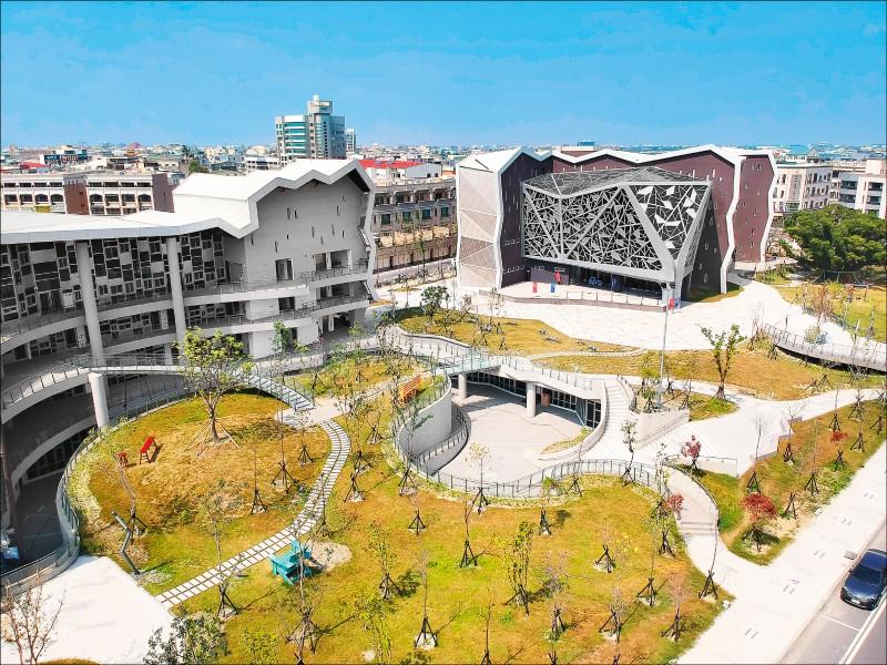 台江文化中心左棟是社區大學,右棟是實驗劇場,廣場下方即是圖書館。整體建築造型轉化自台江內海沙洲上菅芒花的枝葉紋理。(記者李惠洲/攝影)