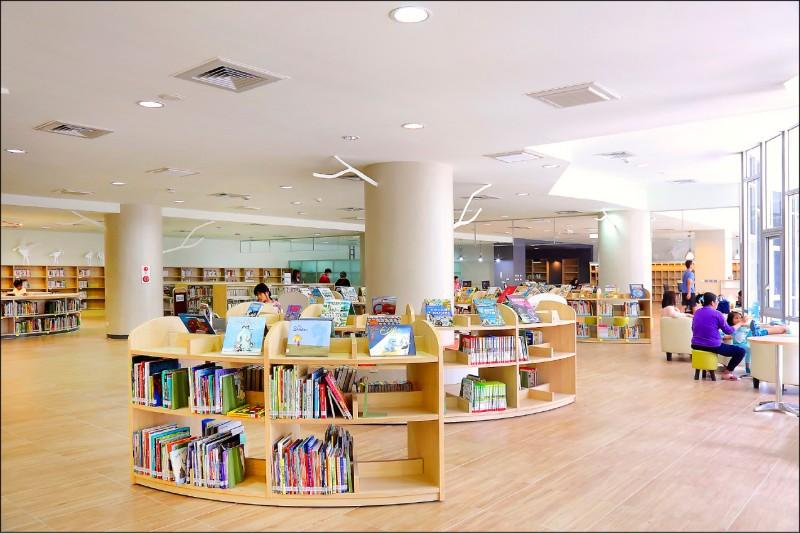 有著現代時尚簡約風格的台江圖書館,成為重要教學交流場域。(記者李惠洲/攝影)