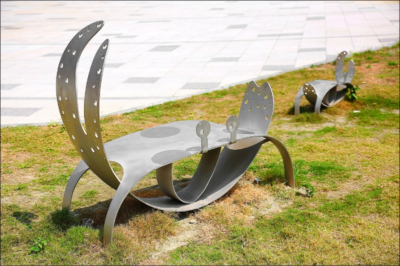 戶外草皮還設有以招潮蟹為造型的可愛座椅!(記者李惠洲/攝影)
