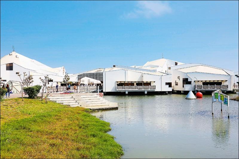 台江學園的水上高腳屋造型相當搶眼,怎麼拍都美麗!(記者李惠洲/攝影)
