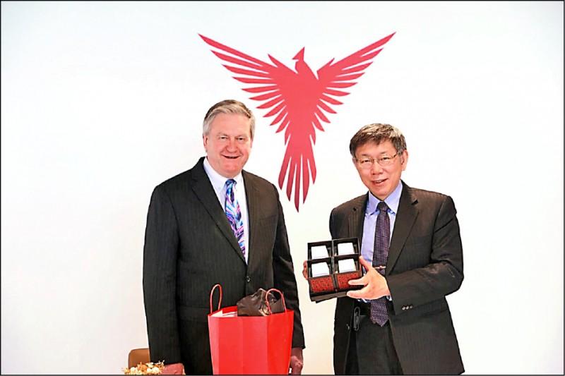 台北市長柯文哲(右)昨出席台北市進出口同業公會與亞特蘭大商會簽署備忘錄儀式,並接受媒體聯訪。(台市府提供)