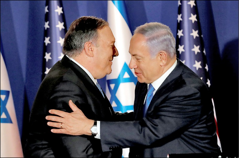 以色列總理納坦雅胡(右)二十一日在耶路撒冷官邸接見來訪的美國國務卿龐皮歐(左)。(路透)