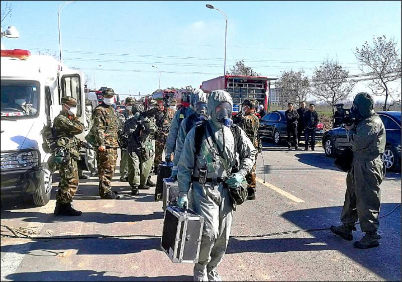 救難人員配戴防毒面具才進入現場。(美聯社)