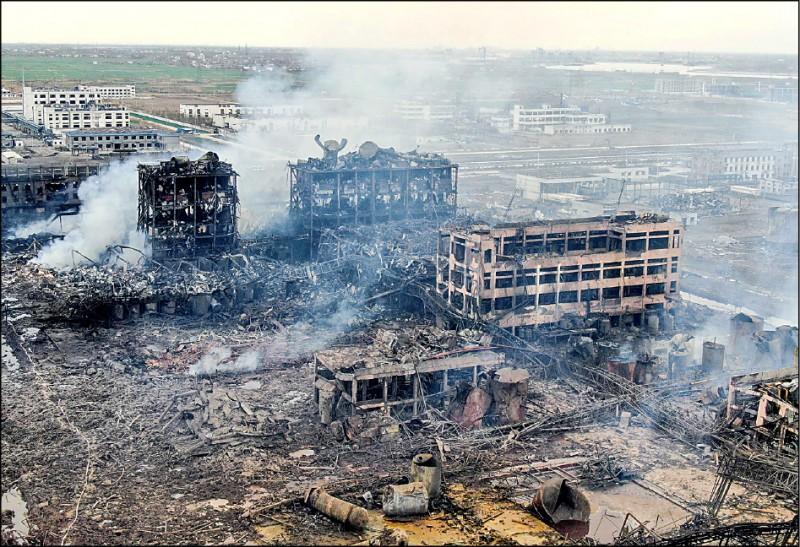 中國江蘇天嘉宜化工廠21日發生苯爆炸事故,隔天清晨火勢撲滅後,空拍畫面顯示廠區全毀、炸出巨坑。(法新社)