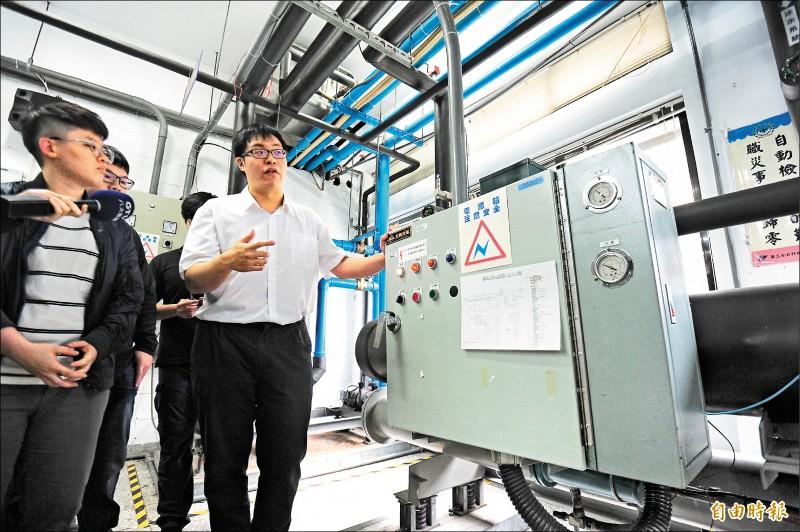 考取冷凍空調工程技師高考的北科大產學訓專班畢業生洪詮勝(右),跟學弟學妹示範解說操作技巧。(記者王藝菘攝)