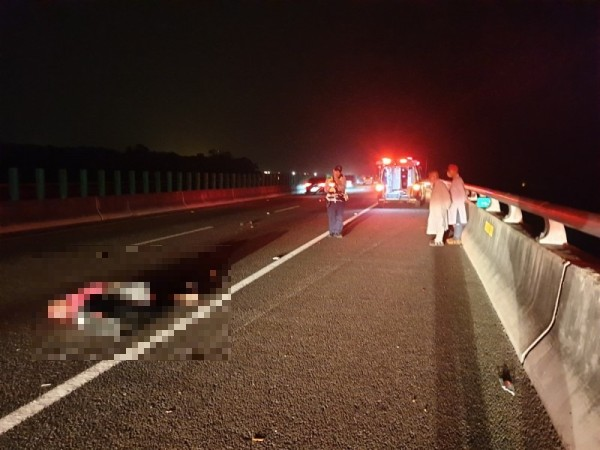 國道6路肩固定吊車繩索 夫妻不幸遭比丘撞死