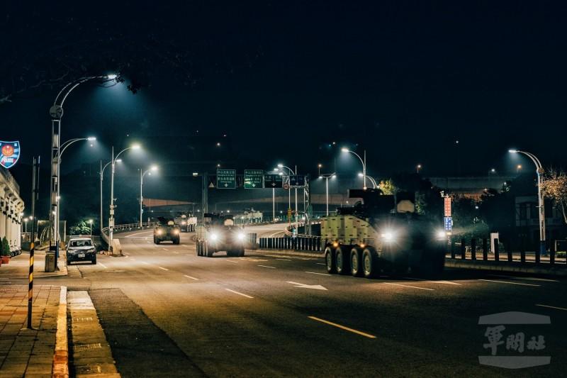憲兵多輛雲豹甲車進行夜間戰術機動演練。(圖:軍聞社/憲兵指揮部)。