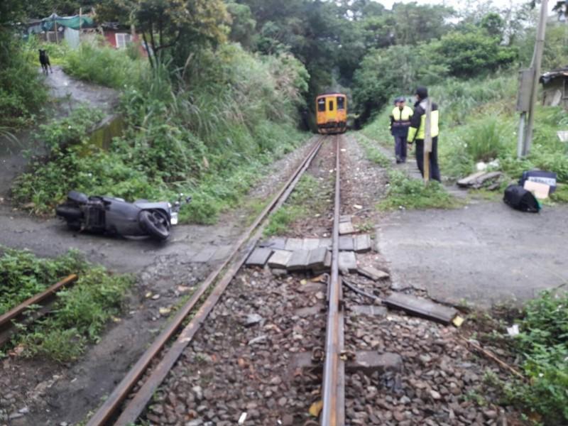 台鐵深澳線火車與機車發生碰撞  車上孕婦摔傷就醫