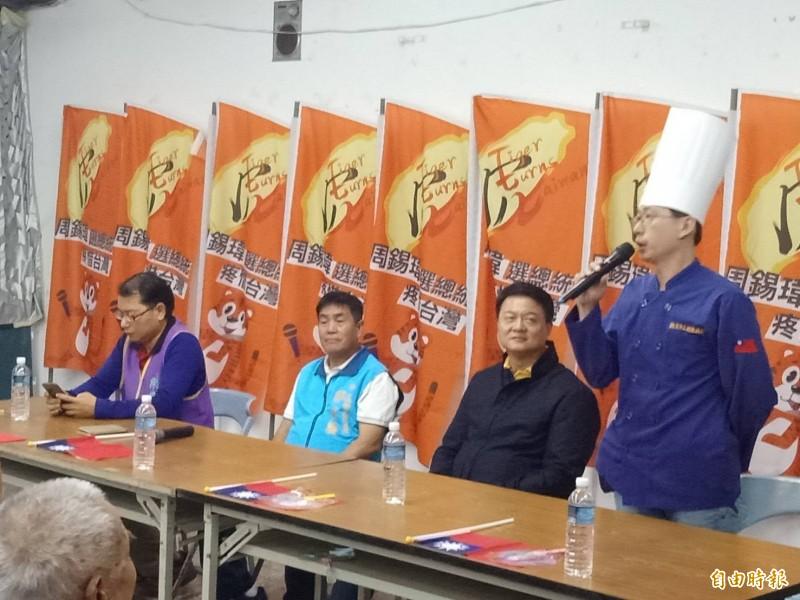 拍扁麵包師傅黃士福(右一)為周錫瑋站台。(記者蔡清華攝)