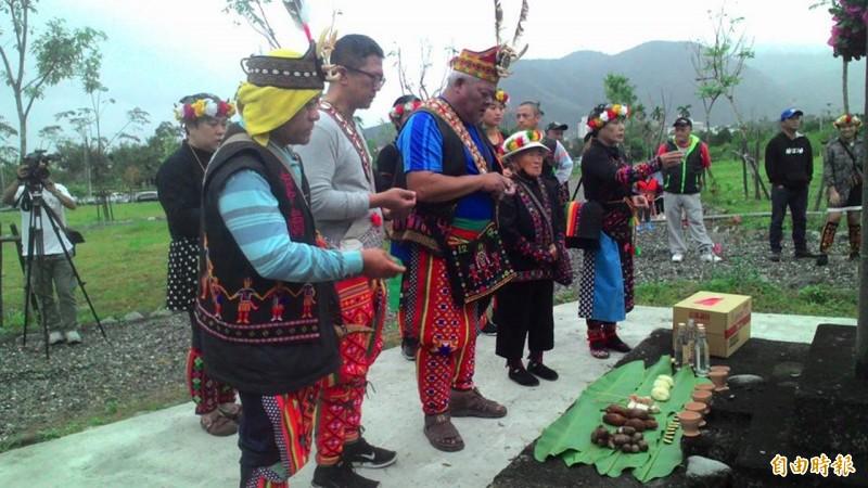 掃墓比過年還歡樂!這個部落族人 把酒歡唱陪伴祖先