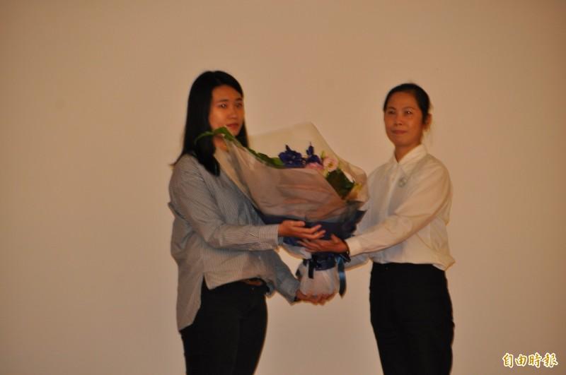 林淑華(右)代表受贈者,向器官捐贈者家屬代表、林尉熙的妹妹林欣潔(左)獻花。(記者周敏鴻攝)