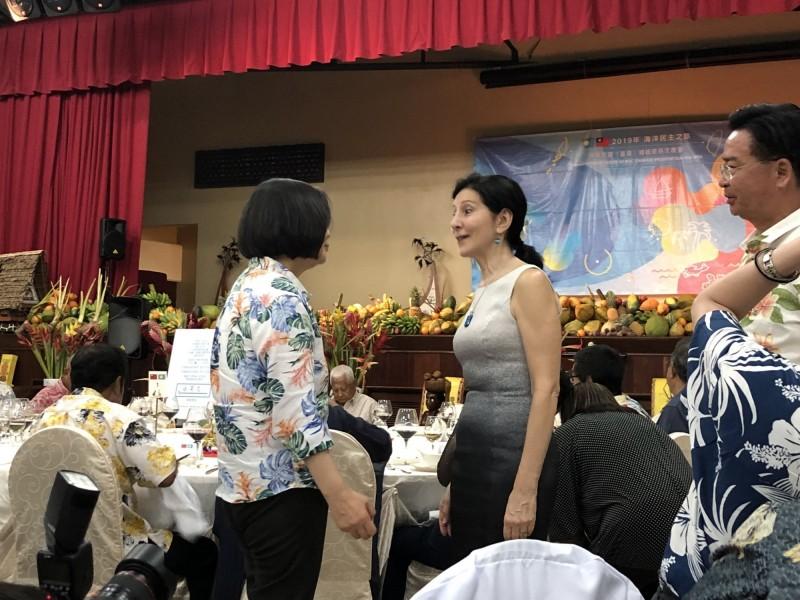 蔡英文總統今晚在帛琉停留的最後一晚,改由我方作東,邀請帛琉總統雷蒙傑索等帛琉人士舉辦答謝宴,美國駐帛琉大使Amy Hyatt也受邀與會,並向蔡總統致意與寒暄。(訪問團提供)