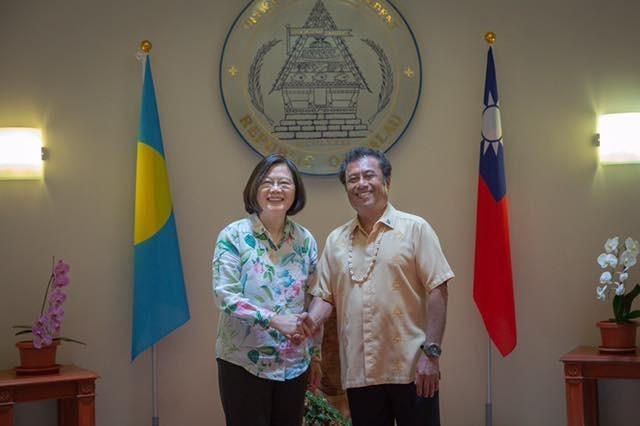 總統蔡英文與帛琉總統雷蒙傑索(Tommy E. Remengesau Jr.)合照。(圖翻攝自蔡英文臉書)