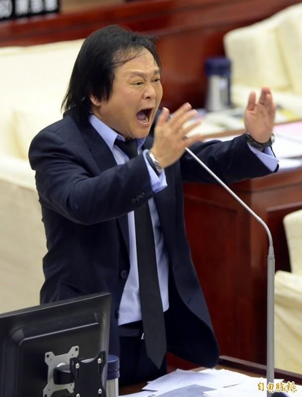 台北市議員王世堅今天下午質疑柯是為了選票,西瓜偎大邊,更直言「他回來看我怎麼對他」。(本報資料照)