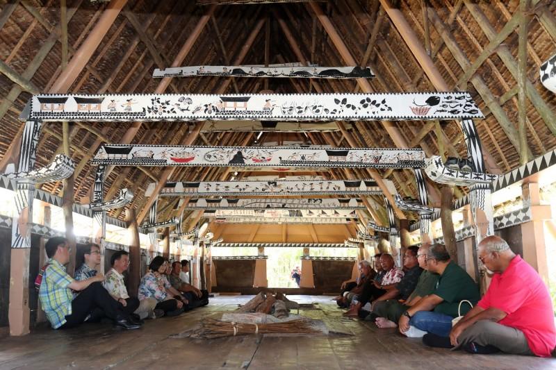 總統蔡英文(左排4)今天參觀帛琉艾萊州男人會館(Bai),入內聽取酋長簡介會館歷史。(中央社)