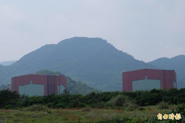 台電今天凌晨在警方的戒護下運入200束的新燃料至核二廠2號機,替換使用過的核燃料。本報資料照)